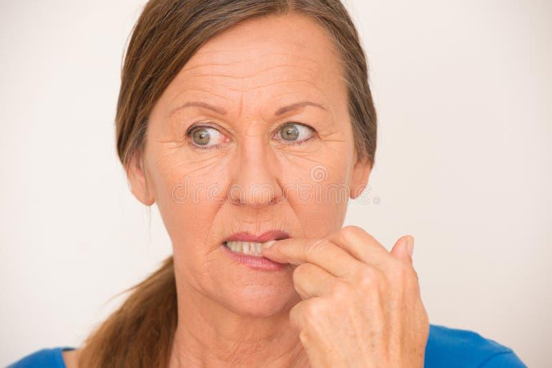 紧张的成熟妇女尖酸的手指 库存图片