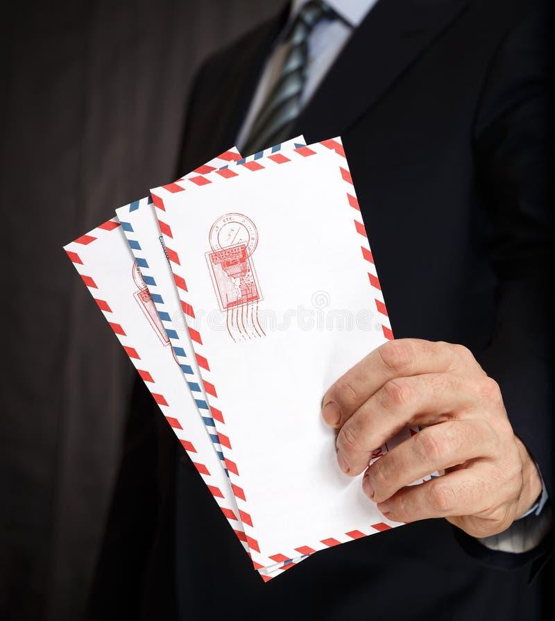 张贴信封在人` s手上 库存照片
