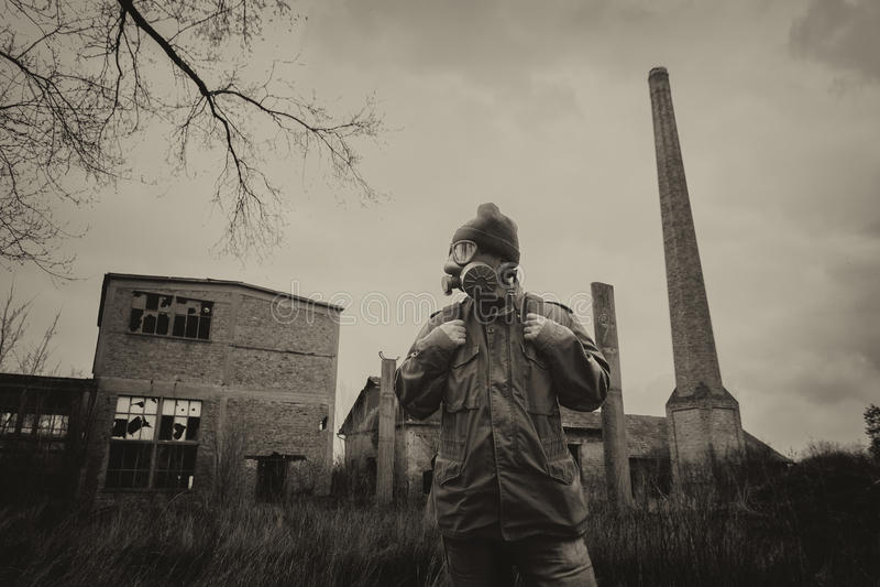 张贴防毒面具和背包的启示幸存者 免版税库存图片