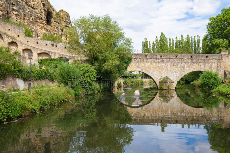 弧在河的砖桥梁在卢森堡 库存图片