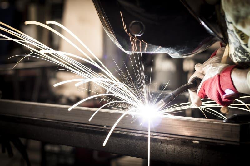 弧elding的盔甲轻的盾激发钢焊接 免版税库存照片