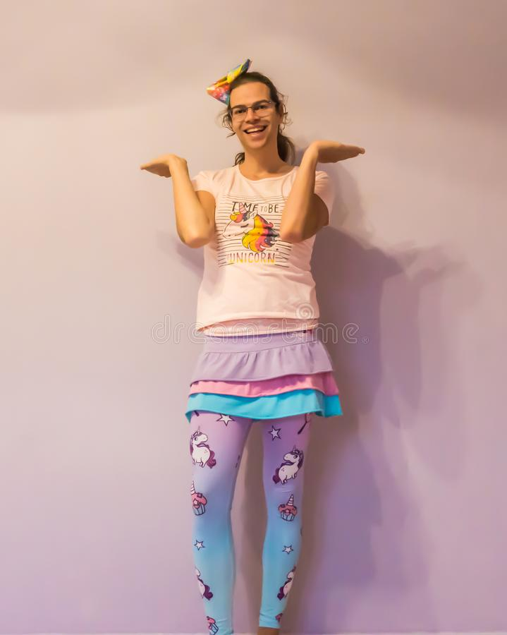 弯曲在独角兽kawaii成套装备的滑稽的性别做我穿上` t的LGBT认识姿势 免版税库存图片
