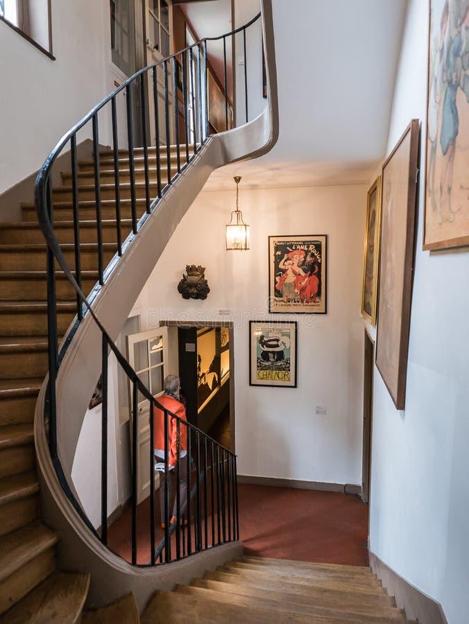 弯曲在Musee de蒙马特,巴黎里面的楼梯 免版税图库摄影
