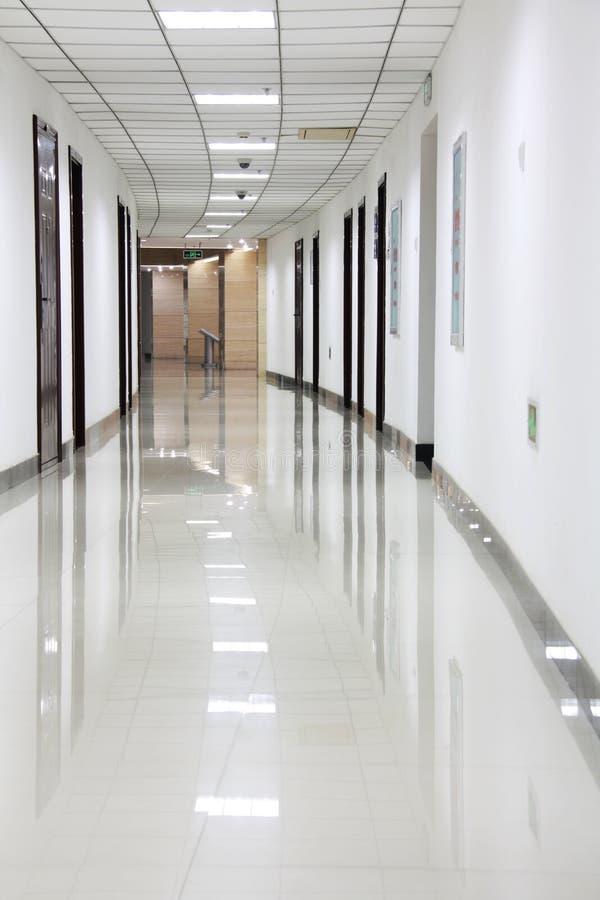 弯曲的办公室走廊 免版税库存照片