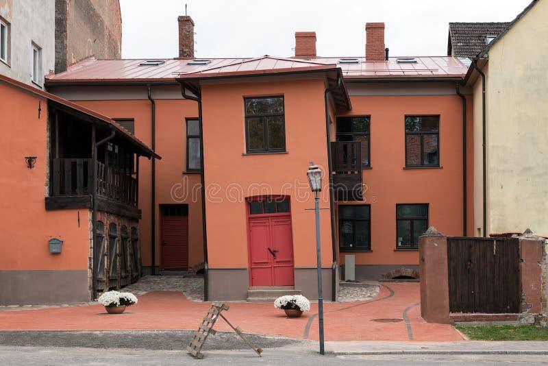 弯曲的房子在Cesis镇,拉脱维亚的中心 库存图片