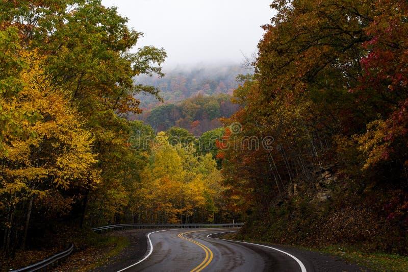 弯曲的秋天山路-西维吉尼亚 库存照片