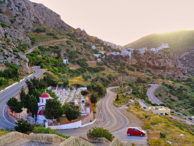 弯曲的街道在有此外房子的希腊在日落 库存图片