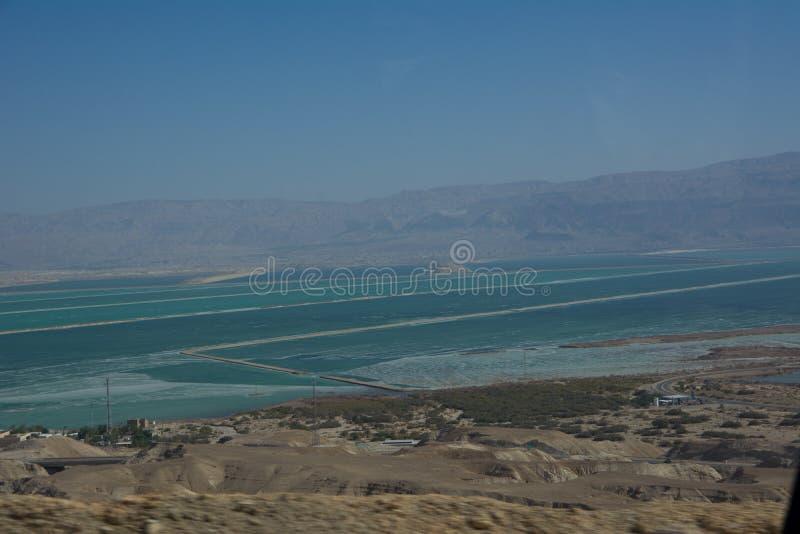 弯曲的路有在死海的一个看法在一个夏日结束时在Neqev沙漠 免版税库存图片