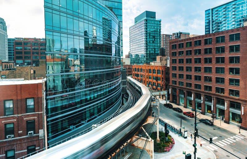 弯曲通过芝加哥的高的火车 库存图片