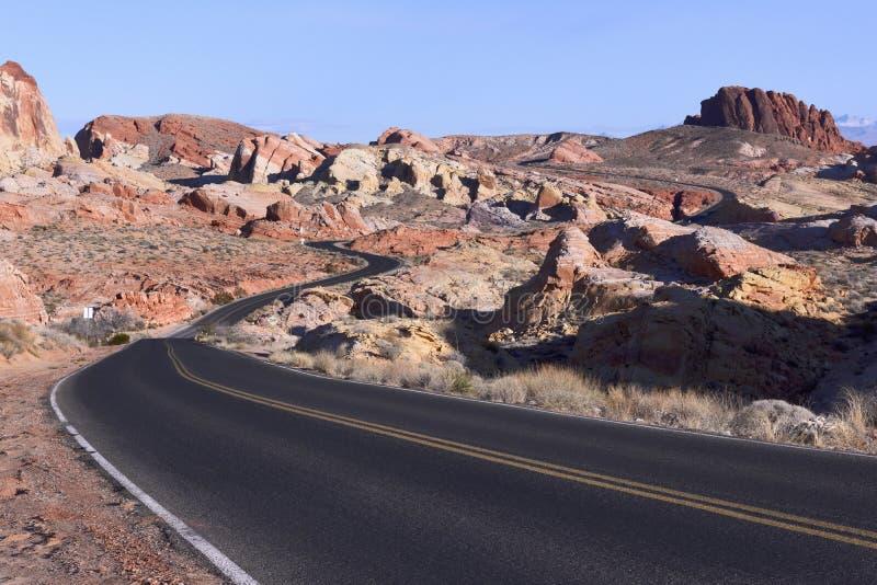 弯曲道路在岩石沙漠 图库摄影
