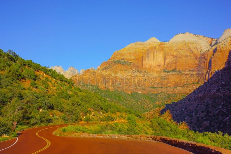 弯曲道路在锡安国家公园 免版税库存照片