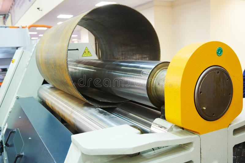 弯曲金属板的路辗水力机器 免版税库存照片