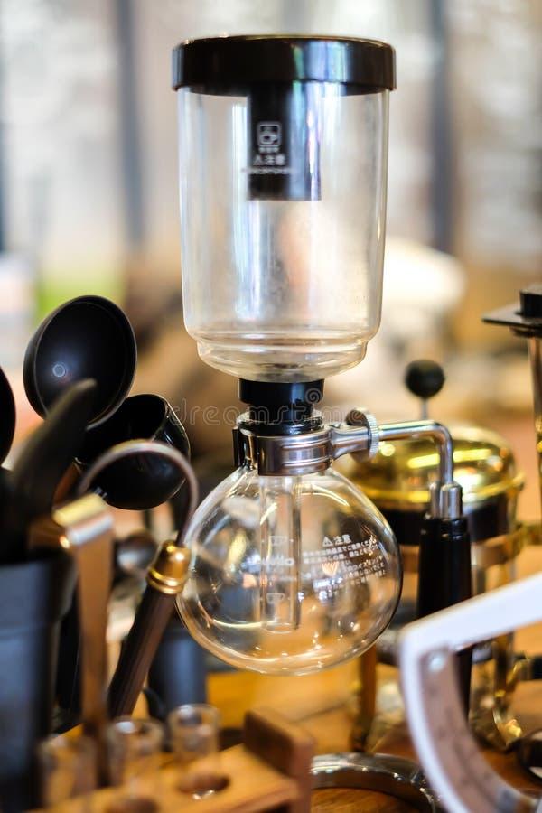 弯管咖啡在咖啡店 库存图片