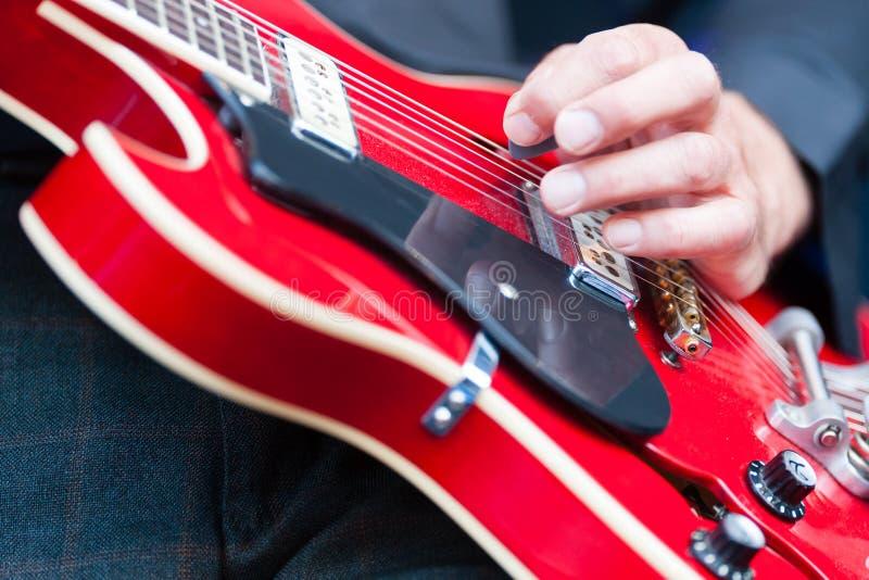 弹一把电吉他的人 库存照片