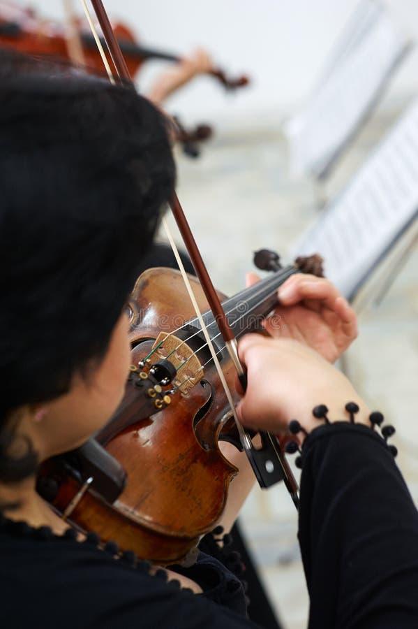 弹古典小提琴的妇女小提琴手 库存图片