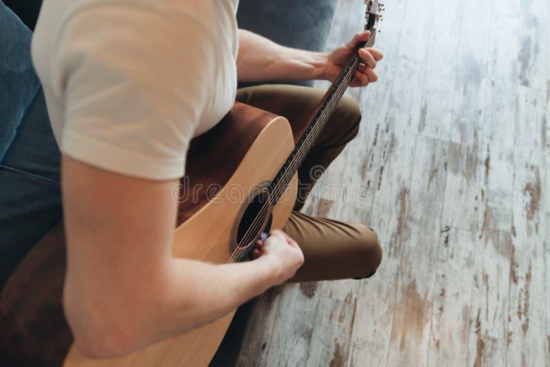 弹吉他的微笑的人 : 免版税库存照片