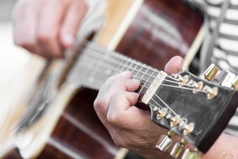 弹吉他的手人 库存照片