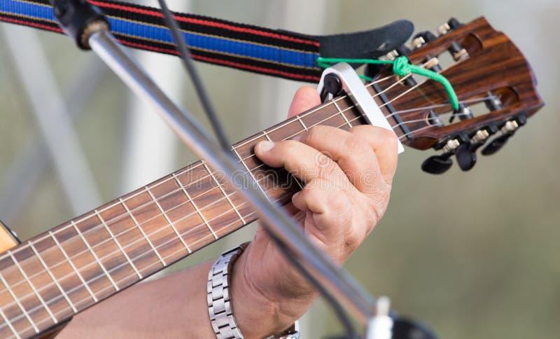 弹吉他的手人 免版税图库摄影
