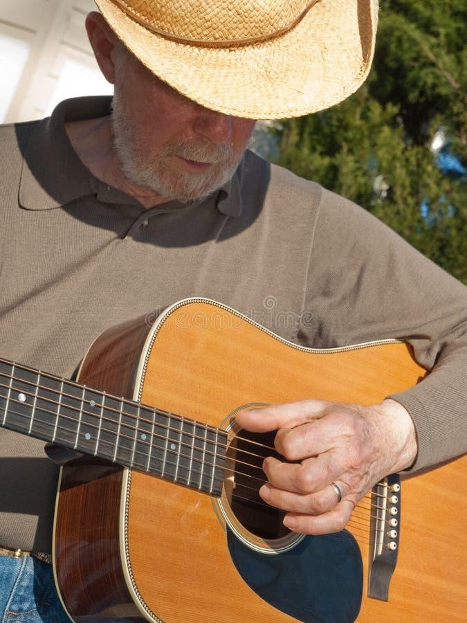 弹吉他的老人 免版税库存图片