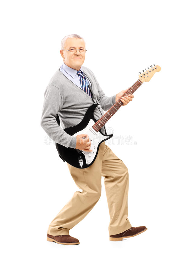 弹吉他的一名微笑的老人的全长画象 图库摄影