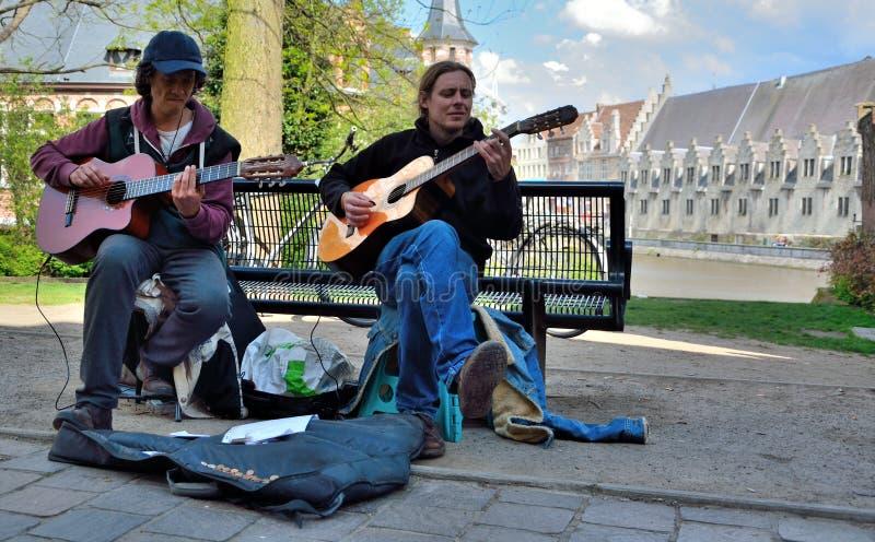 弹吉他的两个人 库存照片