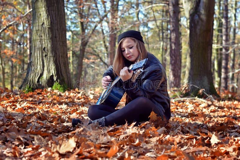 弹吉他的女孩 免版税库存照片