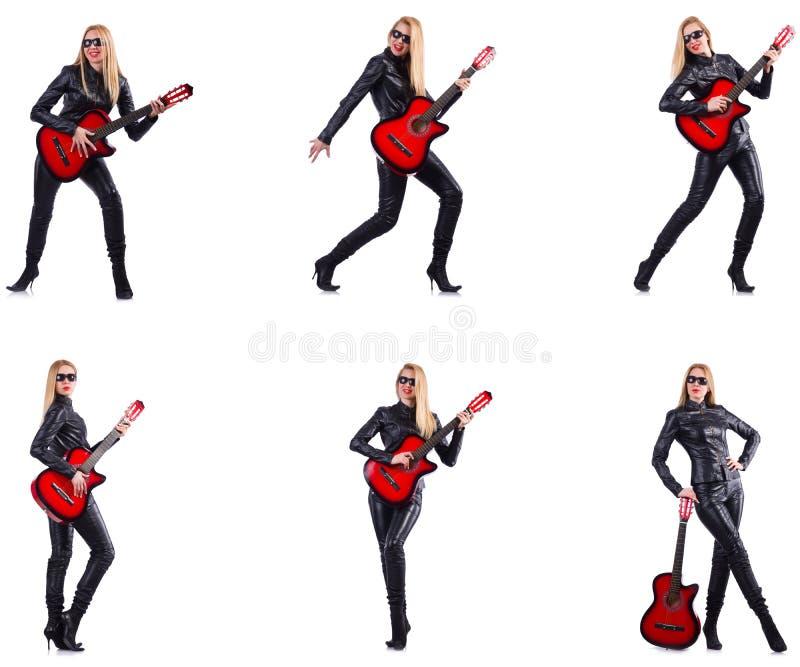 弹吉他的少妇隔绝在白色 免版税库存照片