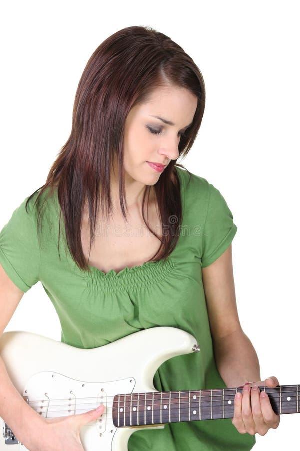 弹吉他的少妇 免版税库存图片