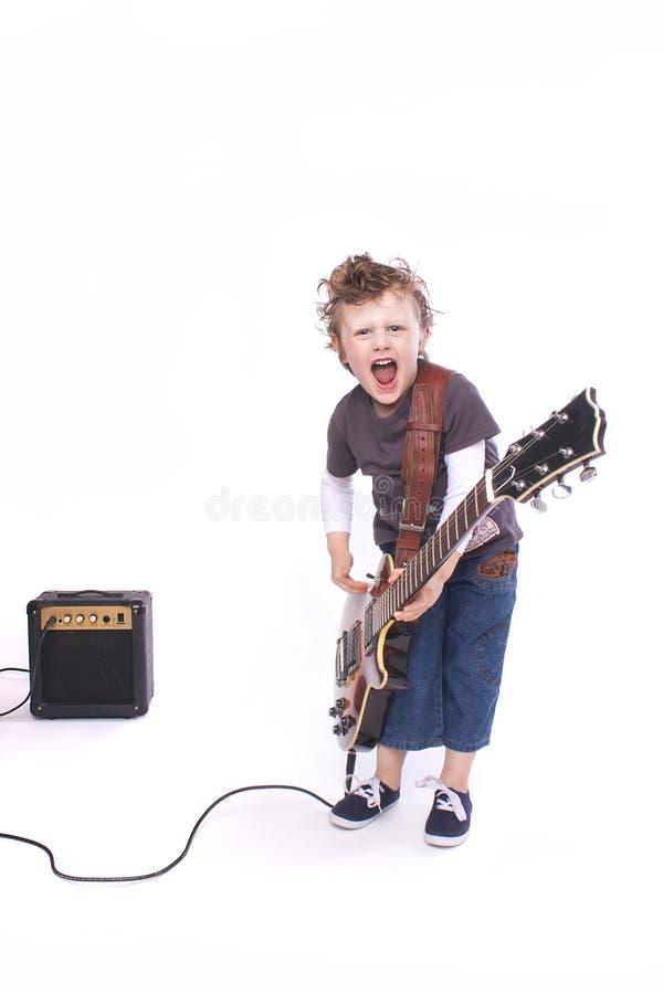 弹吉他的男孩 免版税库存图片