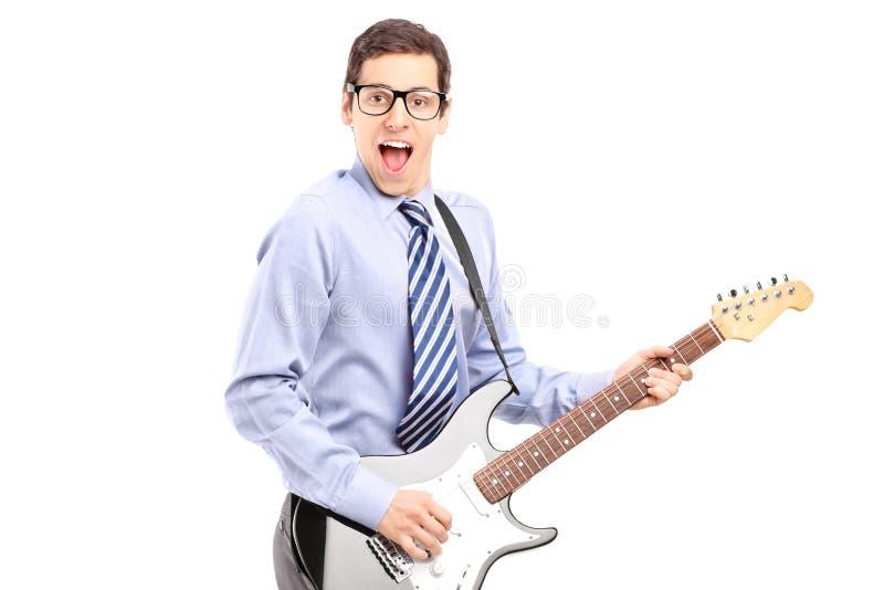 弹吉他的精力充沛的年轻男性 免版税库存图片