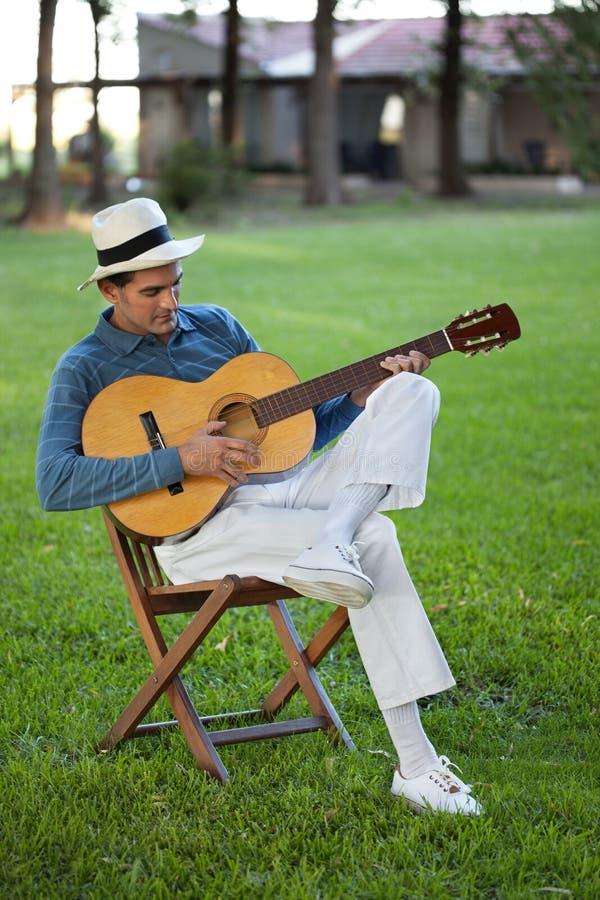 弹吉他的英俊的人 图库摄影