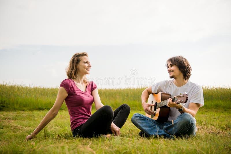 弹吉他-约会夫妇 免版税库存图片