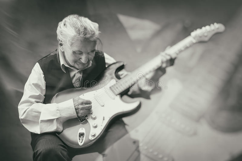 弹吉他,两次曝光的年长妇女 图库摄影