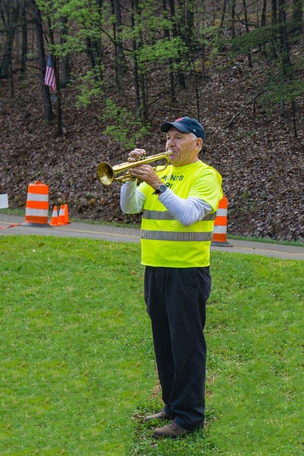 弹喇叭的志愿者在2019年蓝岭号马拉松 免版税库存图片