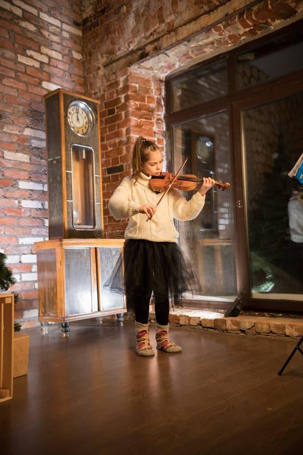 弹在一层老舱内甲板的女孩小提琴 库存图片