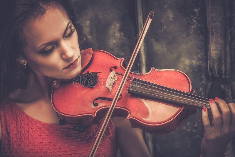 弹在神秘的内部的妇女小提琴 免版税库存照片