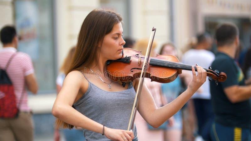 弹在自然的女孩葡萄酒小提琴 图库摄影