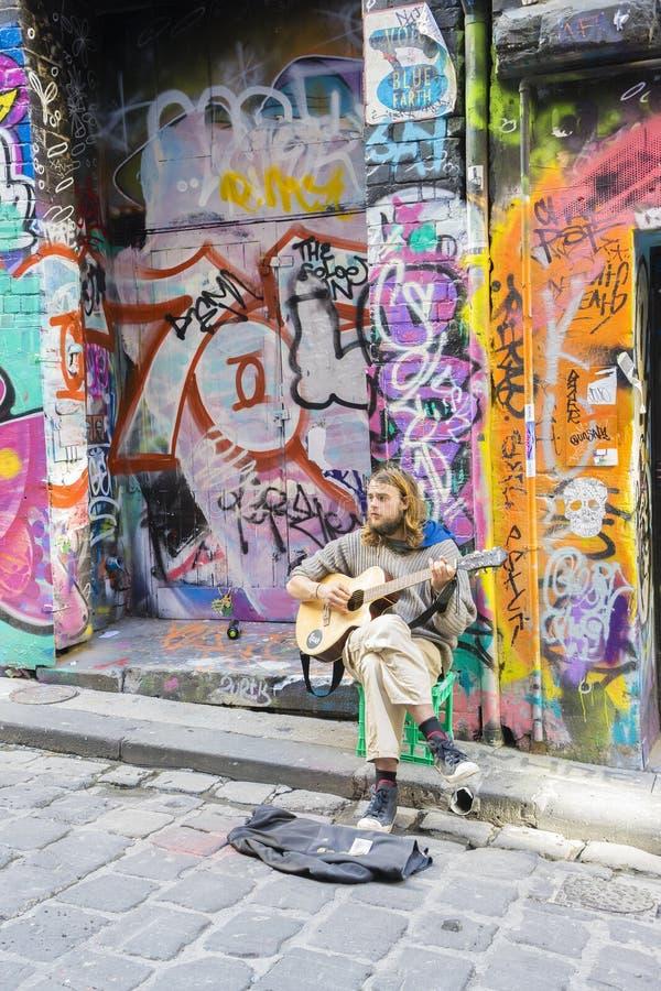 弹在laneway的街道音乐家吉他 库存图片