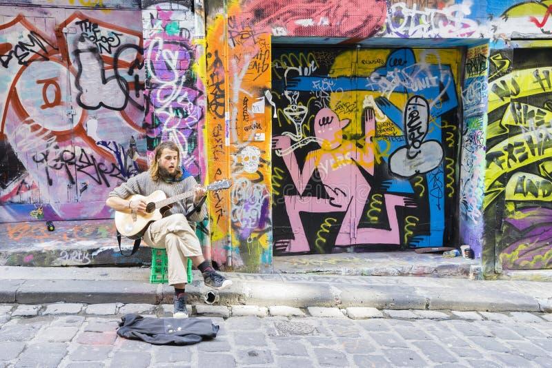 弹在laneway的街道音乐家吉他 免版税库存照片