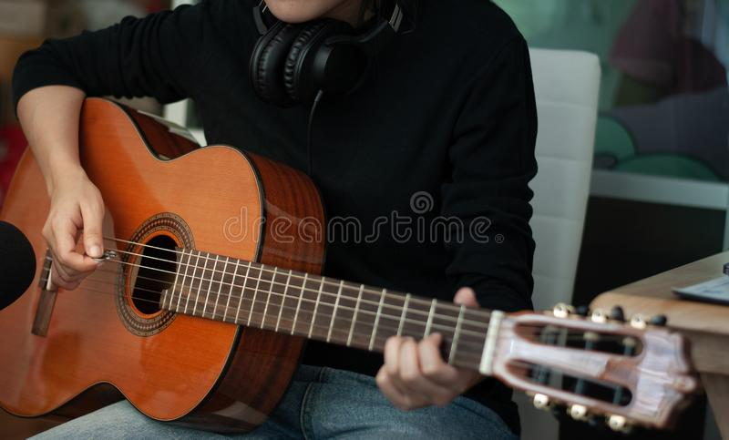 弹声学吉他,关闭的妇女的手  休闲的概念 库存照片