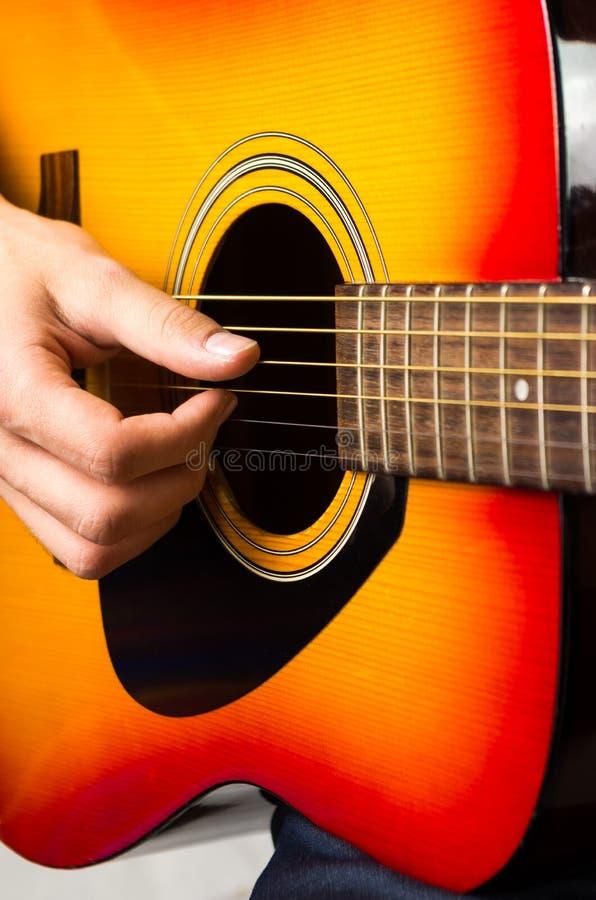 Download 弹声学吉他,关闭的男性手 库存照片. 图片 包括有 关闭, 手指, 古典, 苦恼, 人力, 经典, 投反对票 - 72360498