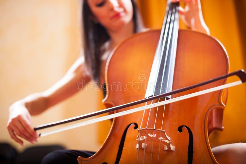 弹大提琴的妇女 图库摄影