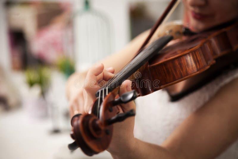弹小提琴的女孩 免版税库存照片