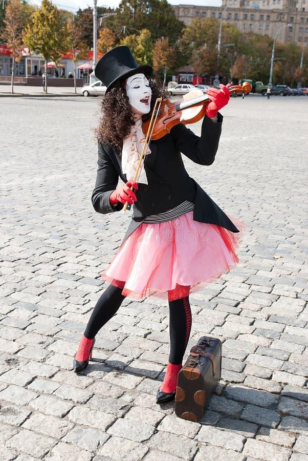 弹小提琴的笑剧 库存照片