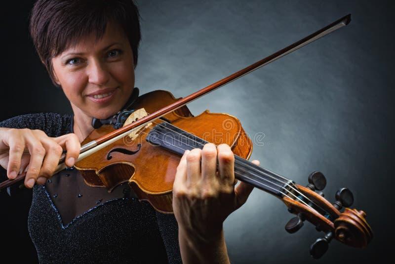 弹小提琴的音乐家 库存照片