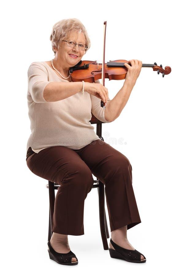 弹小提琴的女性小提琴手 免版税库存图片