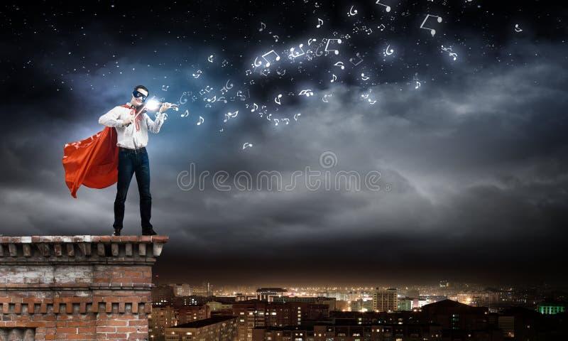 弹小提琴的超人 库存照片