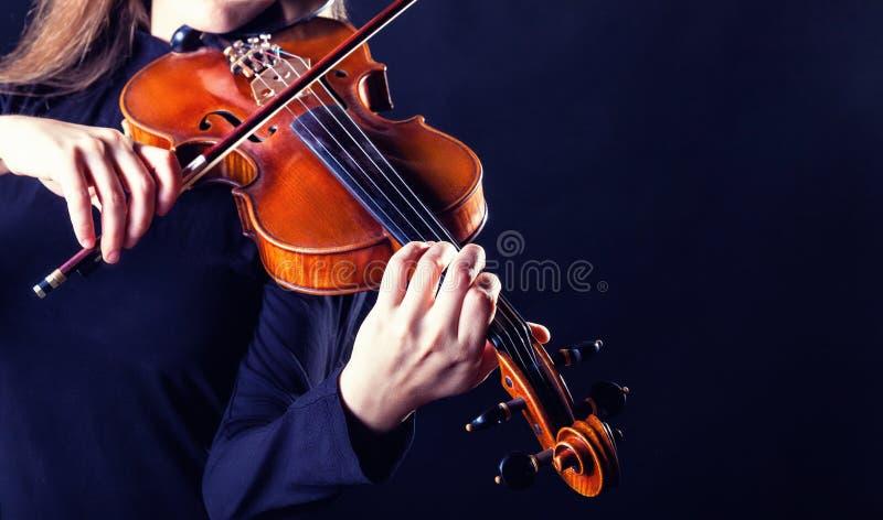 弹小提琴的音乐家 免版税库存照片