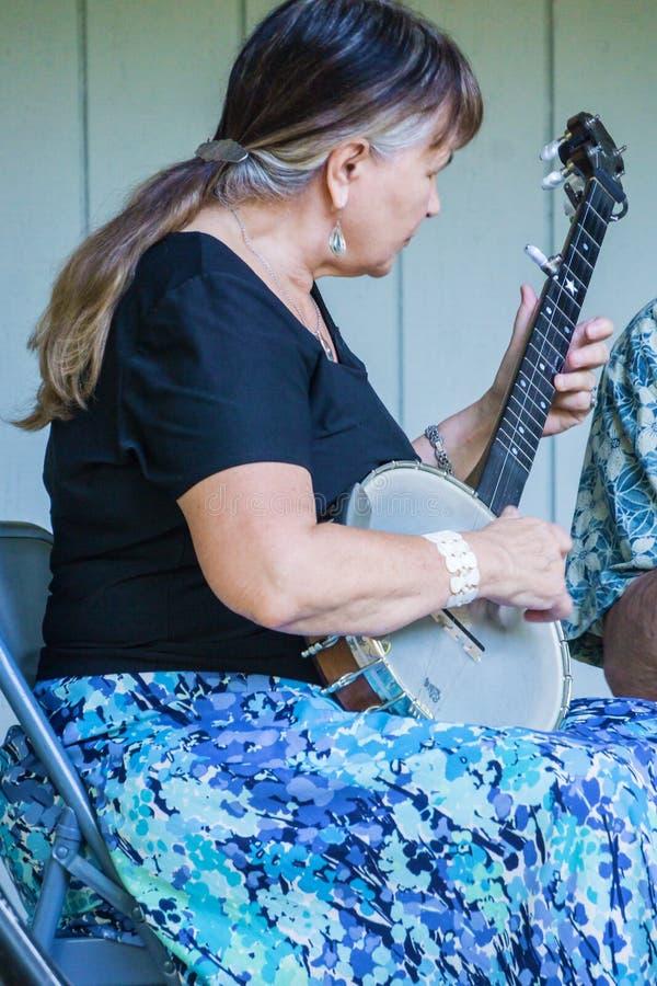 弹班卓琵琶的女性 库存照片