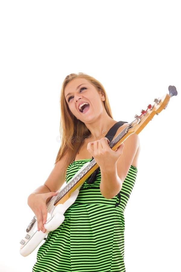 弹电吉他的绿色礼服的妇女 免版税库存图片